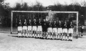 Das Team der A-Jugend der DJK Wanheimerort 1919 e. V. auf der Bernhards-Kampfbahn.